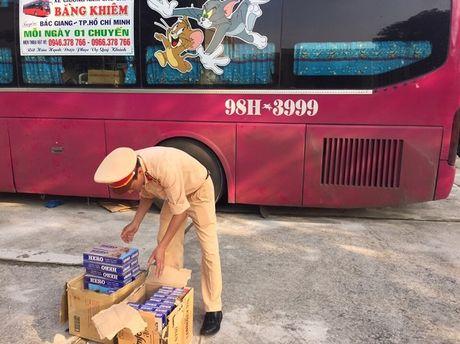 Thanh Hoa: Bat giu xe khach van chuyen 400 bao thuoc la lau - Anh 1