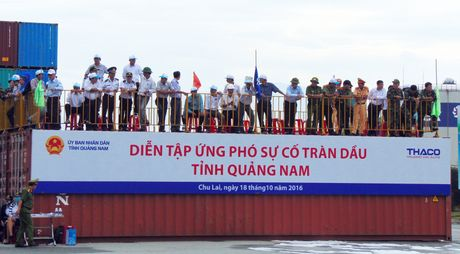 Hon 300 nguoi tham gia tong dien tap xu ly su co tran dau tren bien tai Quang Nam - Anh 1