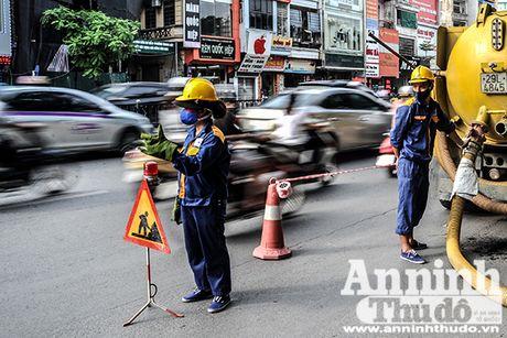 Nu cong nhan thoat nuoc Ha Noi hoi ha cong viec phong chong bao so 7 - Anh 4