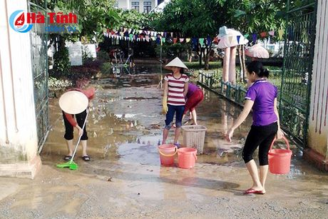 Ha Tinh: Tat bat don bun lu, som don hoc sinh lai truong! - Anh 5