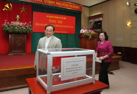 Thanh uy Ha Noi quyen gop ung ho dong bao mien Trung - Anh 1