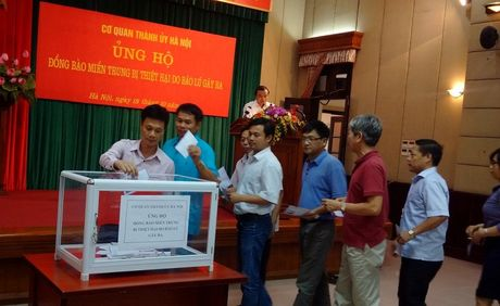 Thanh uy Ha Noi quyen gop ung ho dong bao mien Trung - Anh 3