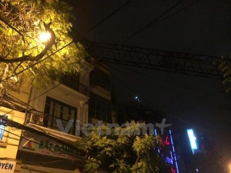 Can cau bat ngo do sap vao nha dan tren pho Thuy Khue, Ha Noi - Anh 1