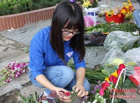 Sinh vien Dai hoc Vinh buon hoa, ung ho dong bao bi lu lut - Anh 4