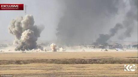 Khoanh khac xe bom IS tan cong lam no tung xe tang Iraq - Anh 1