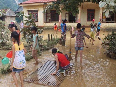 Giao vien hoc sinh vung lu Quang Binh hoi ha don truong - Anh 1