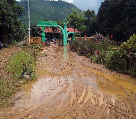 Giao vien hoc sinh vung lu Quang Binh hoi ha don truong - Anh 2