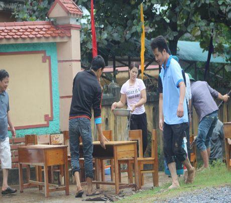Giao vien hoc sinh vung lu Quang Binh hoi ha don truong - Anh 4