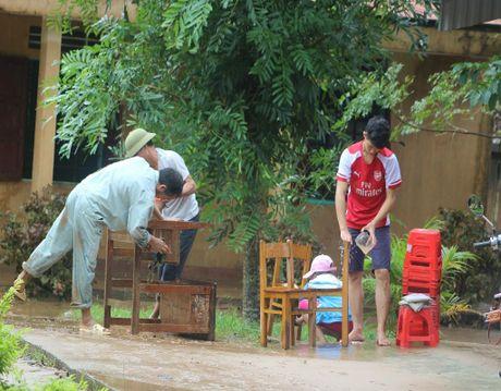 Giao vien hoc sinh vung lu Quang Binh hoi ha don truong - Anh 5