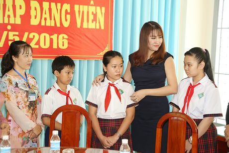 Phi Thanh Van dong hoc phi cho co be ngheo mien Tay - Anh 1