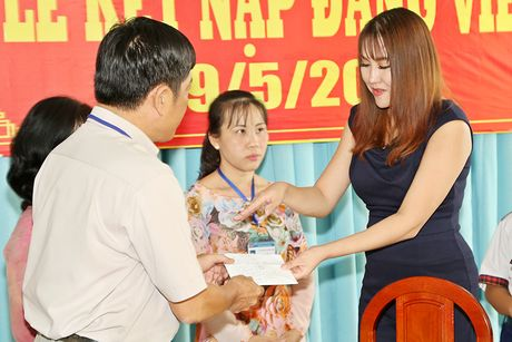 Phi Thanh Van dong hoc phi cho co be ngheo mien Tay - Anh 2