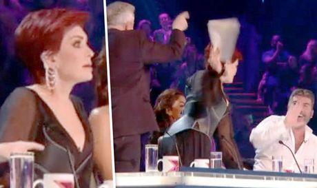 Simon Cowell bi giam khao X Factor nem do vao nguoi - Anh 1