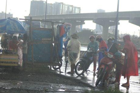 Hang tram xe may 'sac nuoc' duoi chan cau Rach Chiec - Anh 10