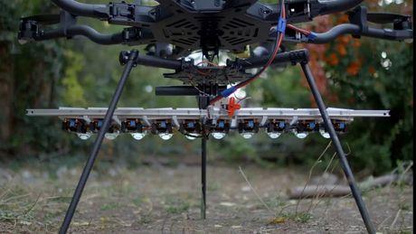 Chiem nguong drone gan den LED 1.000 watt sang ruc ca bau troi dem - Anh 2