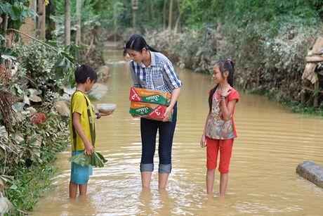Hoa hau Ngoc Han vuot lu den trao qua cho nguoi dan Ha Tinh - Anh 10