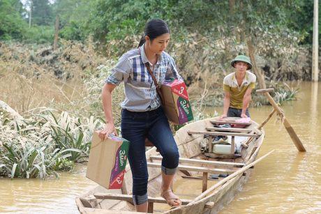 Hoa hau Ngoc Han vuot lu den trao qua cho nguoi dan Ha Tinh - Anh 7