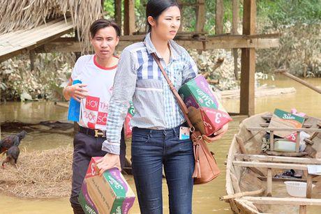 Hoa hau Ngoc Han vuot lu den trao qua cho nguoi dan Ha Tinh - Anh 8