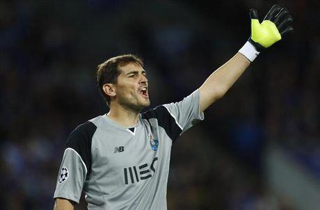 Iker Casillas xo do ky luc cua Xavi Hernandez tai Champions League - Anh 1