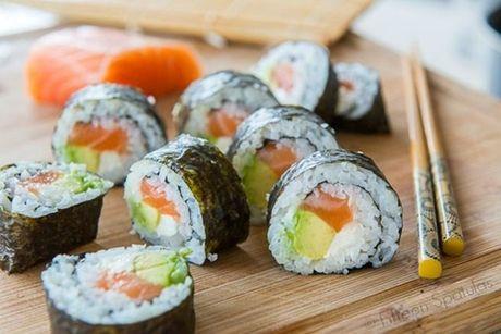 Cach tu cuon sushi ca hoi ngon me ly tai nha - Anh 1