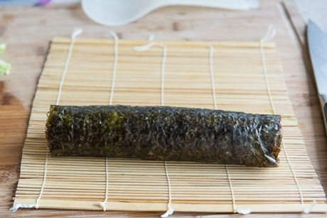 Cach tu cuon sushi ca hoi ngon me ly tai nha - Anh 7