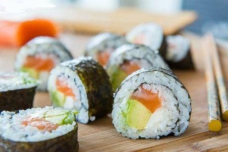 Cach tu cuon sushi ca hoi ngon me ly tai nha - Anh 9