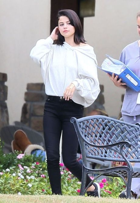 Lo anh Selena Gomez phi pheo thuoc ben ngoai trung tam cai nghien - Anh 5