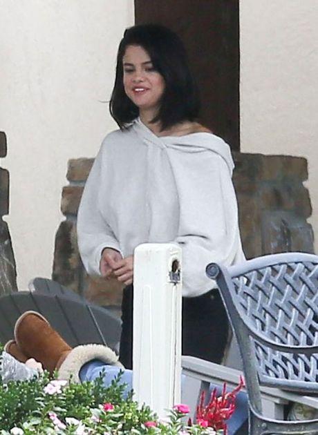 Lo anh Selena Gomez phi pheo thuoc ben ngoai trung tam cai nghien - Anh 8
