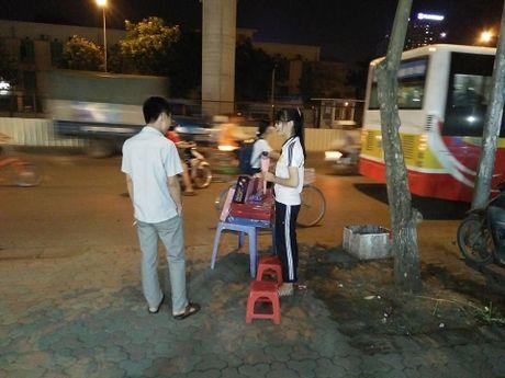 Qua tang 20/10: Hoa hong dat vang gia binh dan lien tuc chay hang - Anh 6
