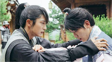 Nguoi tinh anh trang tap 16: Ac mong thanh hien thuc, Lee Jun Ki chem chet em trai - Anh 1