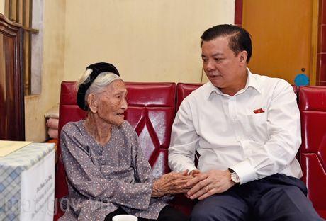Bo truong Dinh Tien Dung tham va tang qua Ba me Viet Nam Anh hung - Anh 1
