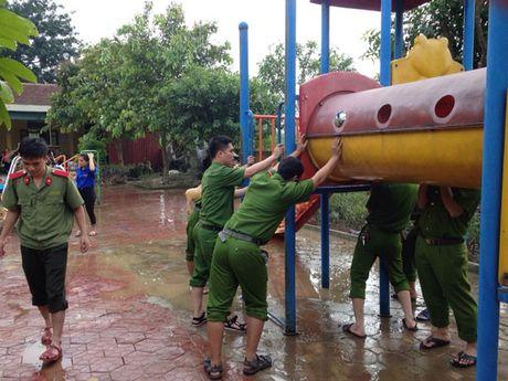 Cong an huyen Cam Xuyen giup dan khac phuc hau qua sau lu - Anh 1