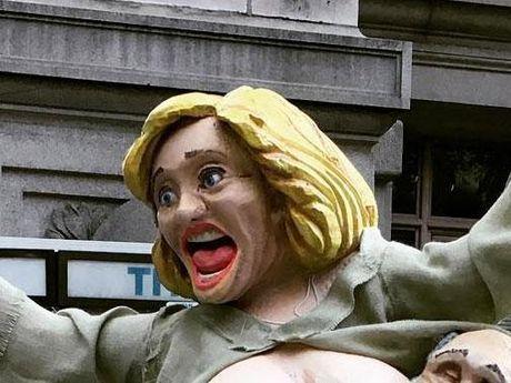Dan New York soc nang vi tuong ba Hillary Clinton khoa than xuat hien gan pho Wall - Anh 1