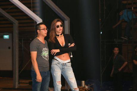 Minh Tu dien quan tut lo han underwear, chi dao Phi Phuong Anh tap catwalk - Anh 1