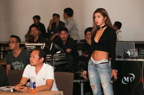 Minh Tu dien quan tut lo han underwear, chi dao Phi Phuong Anh tap catwalk - Anh 4