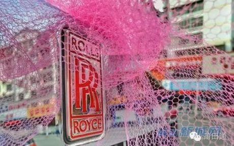 Dam cuoi nha giau toan Rolls-Royce sieu sang, co dau co deo triu vang - Anh 2