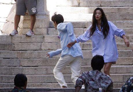 Lee Min Ho bo vo giua bien, tien ca Jeon Ji Hyun boi loi tung tang - Anh 14