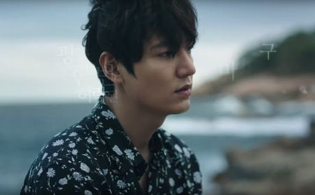 Lee Min Ho bo vo giua bien, tien ca Jeon Ji Hyun boi loi tung tang - Anh 1