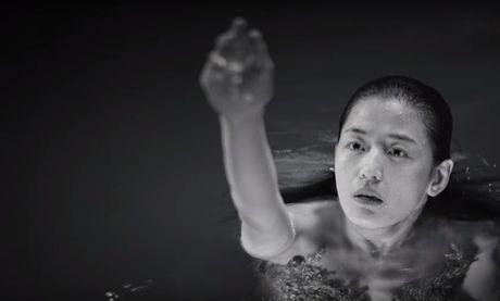 Lee Min Ho bo vo giua bien, tien ca Jeon Ji Hyun boi loi tung tang - Anh 6