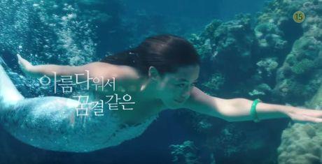 Lee Min Ho bo vo giua bien, tien ca Jeon Ji Hyun boi loi tung tang - Anh 7