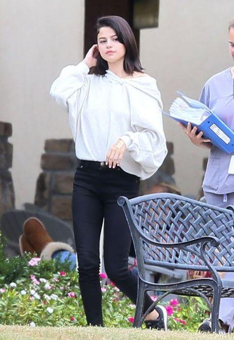 Selena Gomez bi bat gap hut thuoc phi pheo ben ngoai trung tam cai nghien - Anh 1