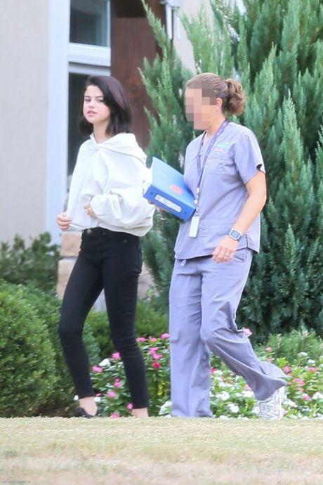 Selena Gomez bi bat gap hut thuoc phi pheo ben ngoai trung tam cai nghien - Anh 5