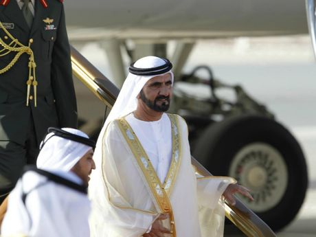 Quoc vuong Dubai dieu may bay rieng di cuu tro - Anh 1