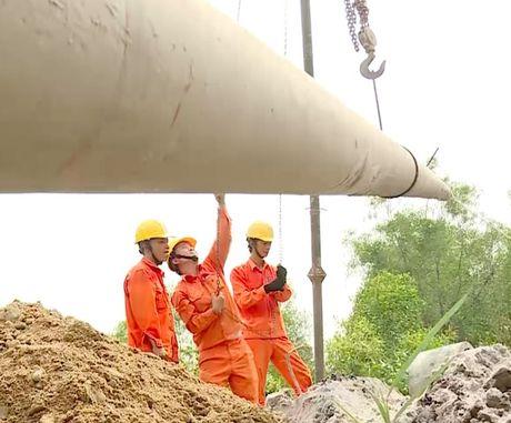 Quang Binh: No luc khac phuc luoi dien sau lu - Anh 1