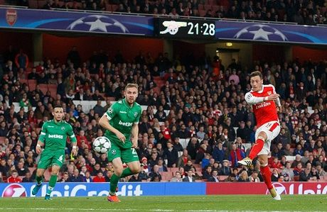 Arsenal 6–0 Ludogorets: Oezil lap hat-trick, 'Phao thu' dai thang kieu tennis - Anh 7