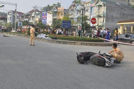 Xe máy phóng nhanh đâm cột đèn, hai thanh niên tử vong