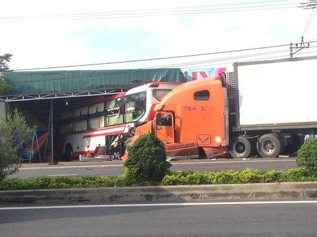 Xe container nổ lốp, mất lái đâm ô tô khách văng hàng chục mét