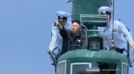 Ông Kim Jong-un khoe tài bắn súng, lái máy bay điêu luyện