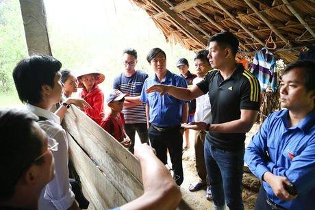 Bình Minh và nhạc sĩ Nguyễn Hồng Thuận đội mưa cứu trợ, xây nhà cho người dân vùng lũ