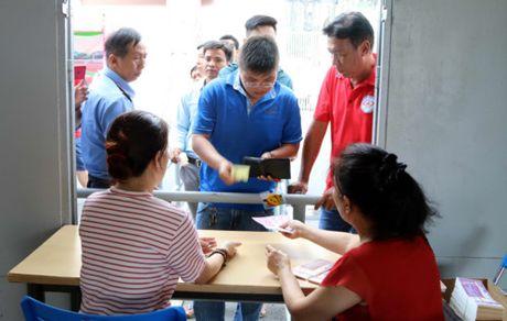 Nguoi ham mo TP.HCM khong ngai nong buc xep hang mua ve xem U.20 Viet Nam - Anh 15