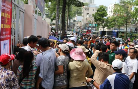 Nguoi ham mo TP.HCM khong ngai nong buc xep hang mua ve xem U.20 Viet Nam - Anh 4